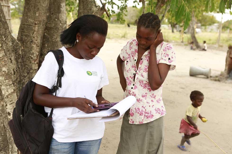A CISM worker interviews a mother in Manhiça (Mozambique)